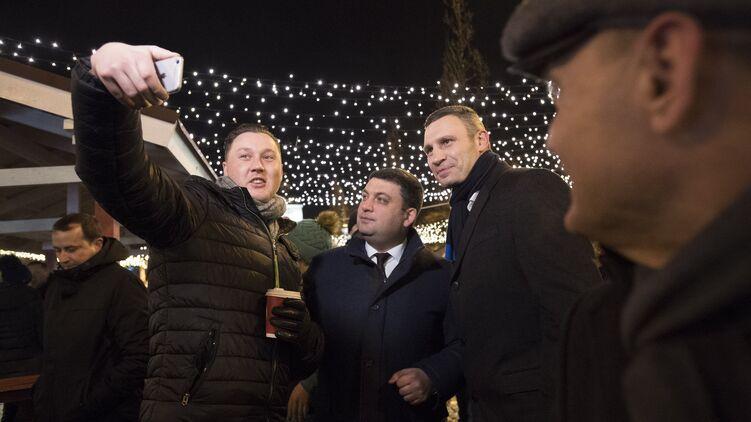 Владимир Гройсман (в центре) и Виталий Кличко (справа) могут найти новые поводы для общих фотографий, фото: kmu.gov.ua