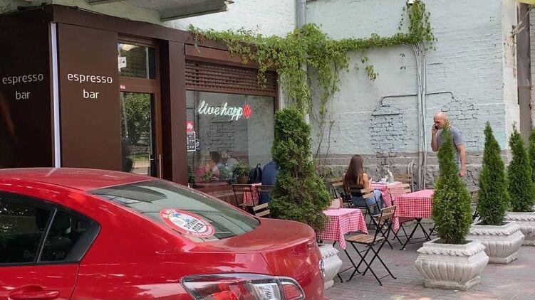 Политиков часто можно встретить в этом кафе возле Мариинского парка, фото: Изым Каумбаев,