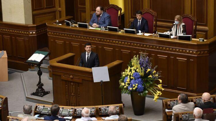 Президент Владимир Зеленский (в центре) настаивает на снятии спикера Дмитрия Разумкова, фото: Изым Каумбаев,